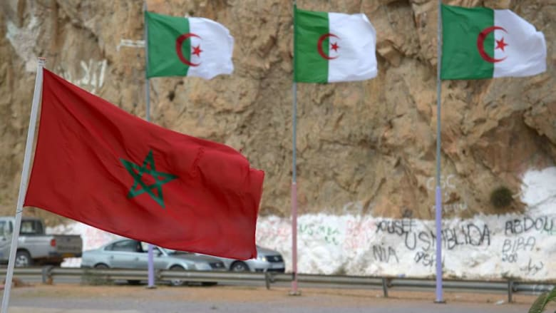 السوريون العالقون لا يزالون في مكانهم.. ومتحدث باسمهم يحمل المسؤولية للجيش المغربي