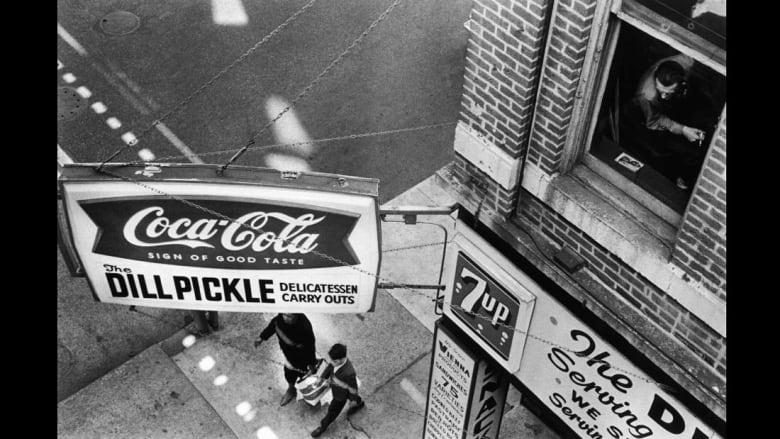 مارتن لوثر كينغ ومارلين مونرو وعصابات بروكلين..بصور توثق الماضي البعيد