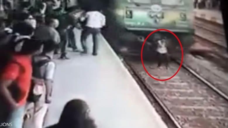 شاهد ماذا حصل لفتاة تسير أمام قطار مسرع وهي تضع سماعات!