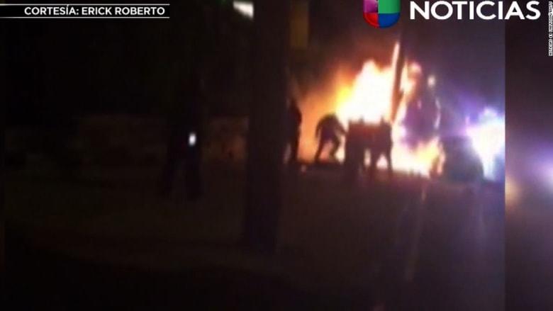 شاهد.. رجال شرطة يعتدون على رجل داخل سيارة محترقه بدلاً من مساعدته