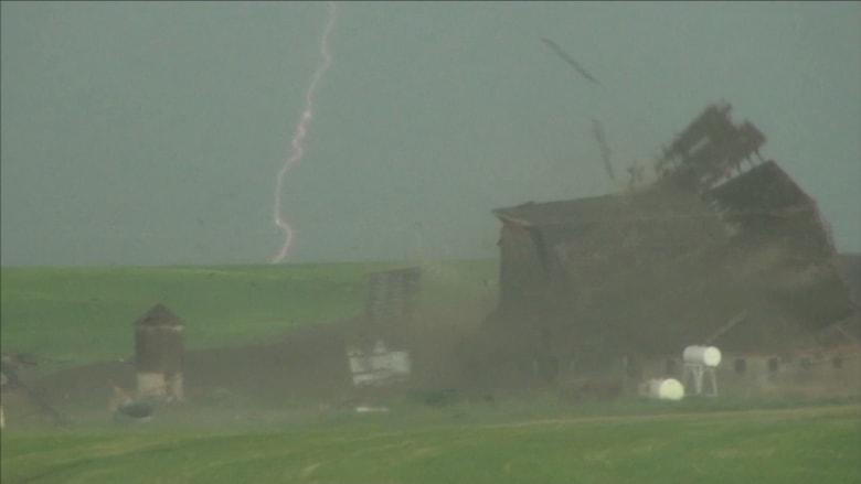 شاهد.. إعصار يفتت مبنى الى أجزاء بثواني