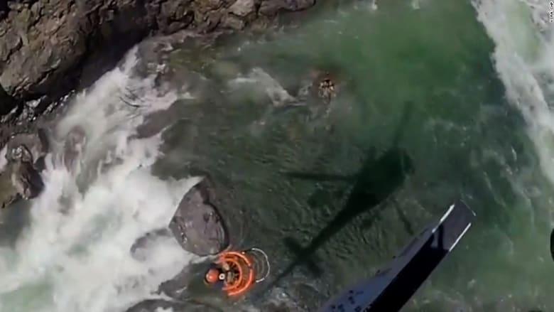 شاهد.. سباح عالق وسط مياه نهر جارف