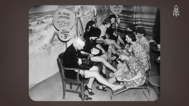 كيف استخدمت النساء صلصة اللحم تاريخياً لتلوين سيقانهن؟