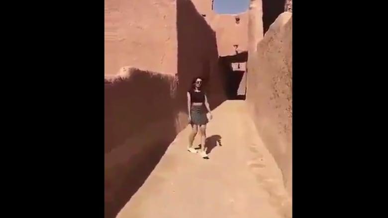 """هيئة الأمر بالمعروف تتحرك ضد فتاة ظهرت بلباس """"غير محتشم"""" في أشيقر بالسعودية"""