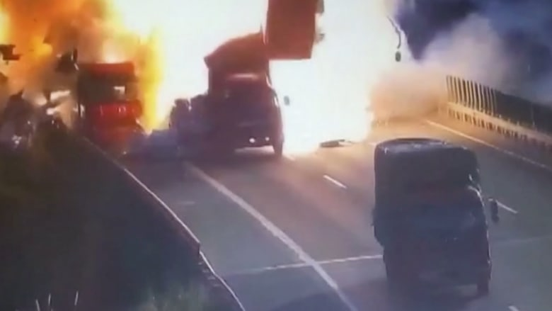 حادثتصادمسيارةيتسبببانفجارهائل