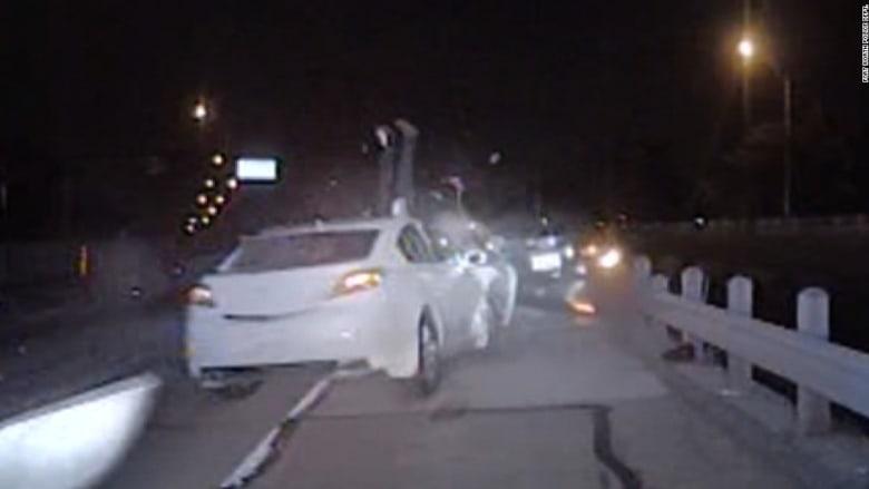 شاهد ماذا حدث لشرطي يحرر مخالفة بحق سائق!
