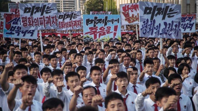مظاهرة في كوريا الشمالية ترفع لافتات تهدد بضربة نووية ضد أمريكا