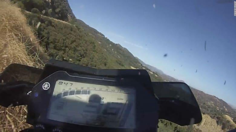 شاهد.. لحظة سقوط دراجة نارية في منحدر سحيق