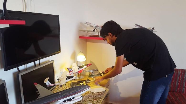 شاب أردني يحترف تصنيع نماذج مصغرة للطائرات
