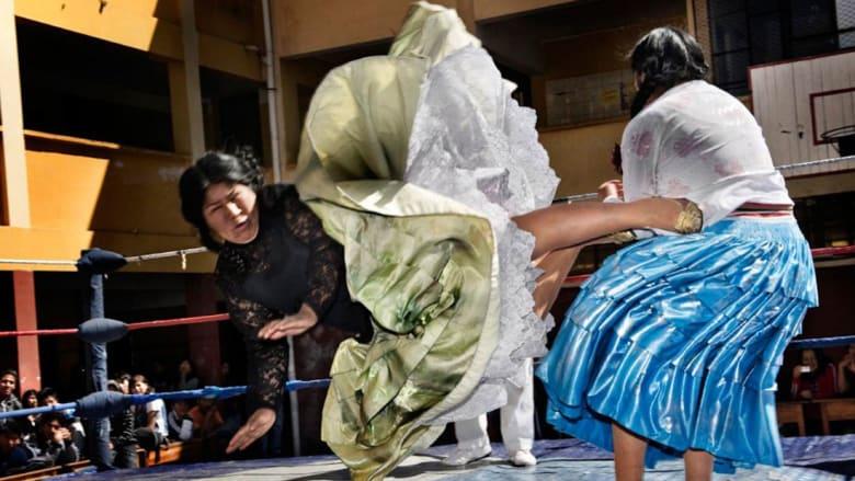 تنانير متطايرة ومصارعة عنيفة.. في عالم هؤلاء النساء البوليفيات المتمردات