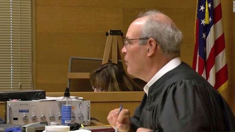 شاهد.. مسلح يحاول اغتيال قاض أمام محكمة أمريكية