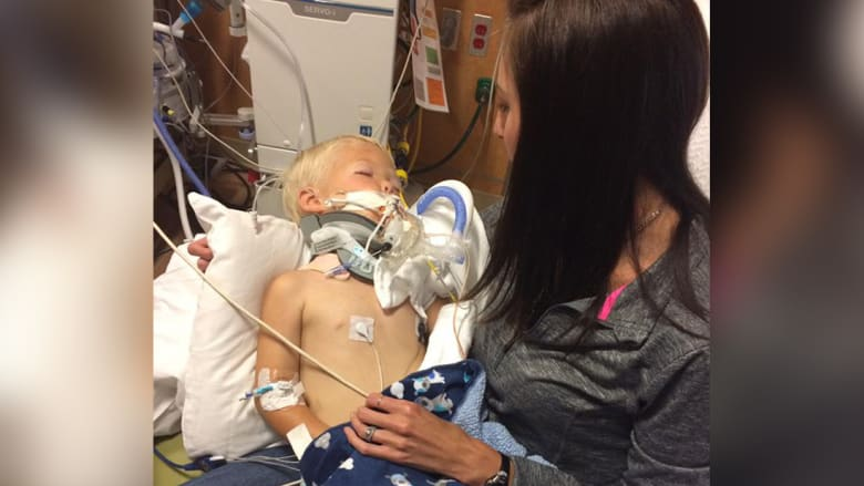وفاة طفل علقت رقبته بنافذة سيارة