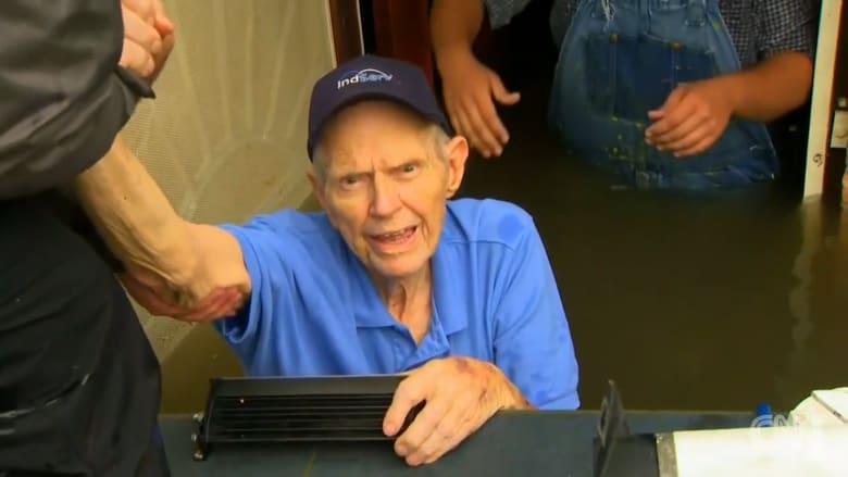 فريق CNN يساعد عجوزان بعد غرق منزلها