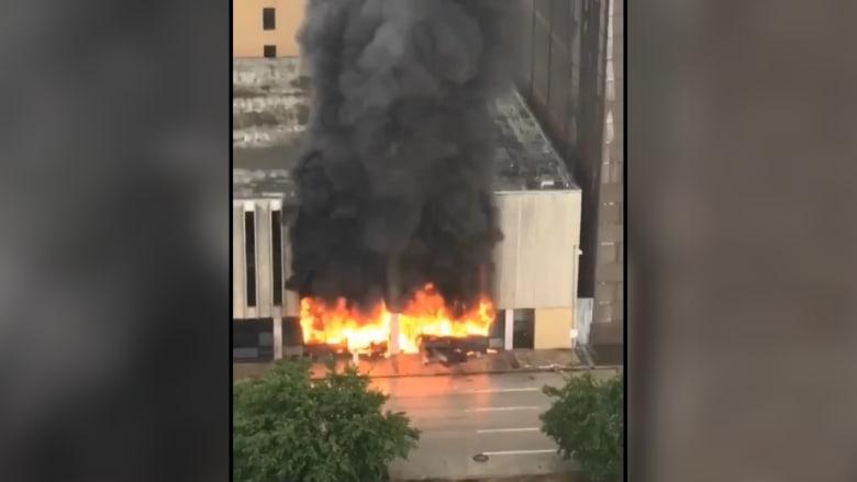 شاهد.. انفجار وحريق في مبنى بهيوستن