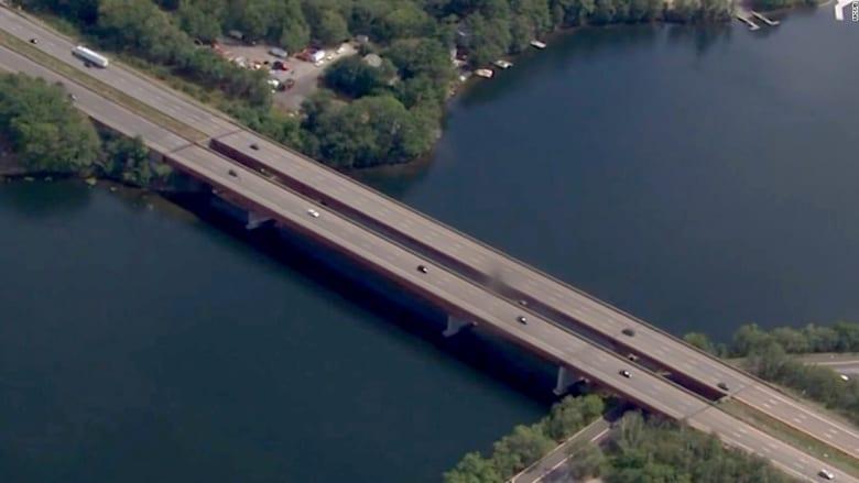 عودة طفلة بعد اختطافها وإلقائها من فوق جسر