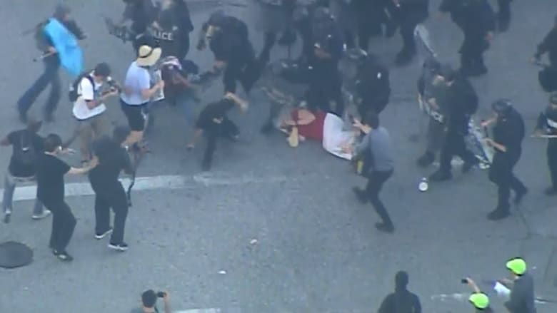 شاهد.. احتجاجات واشتباكات إثر تبرئة شرطي أمريكي من قتل شاب أسود