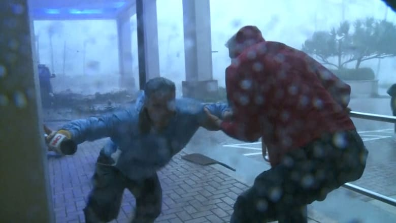 إعصار ماريا يضرب بورتوريكو ويقذف مراسلة CNN