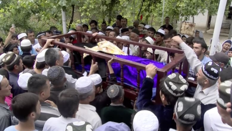 في طاجكستان.. قوانين لمنع ارتداء الأسود والصراخ خلال الجنازات