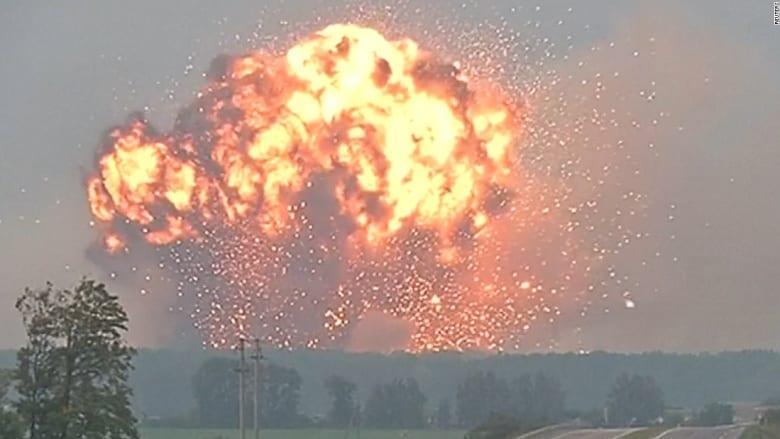 شاهد كيف أضاء انفجار ضخم بمستودع أسلحة ليل مدينة أوكرانية!