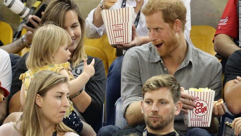"""شاهد.. طفلة تسرق """"الفشار"""" من الأمير هاري"""