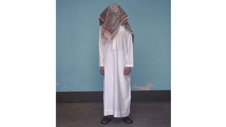 """عمل """"العربي الحائر""""..لماذا يغطي هذا الرجل رأسه؟"""