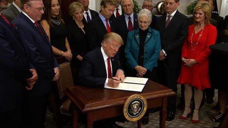 شاهد.. ترامب كاد ينسى التوقيع على أمر تنفيذي