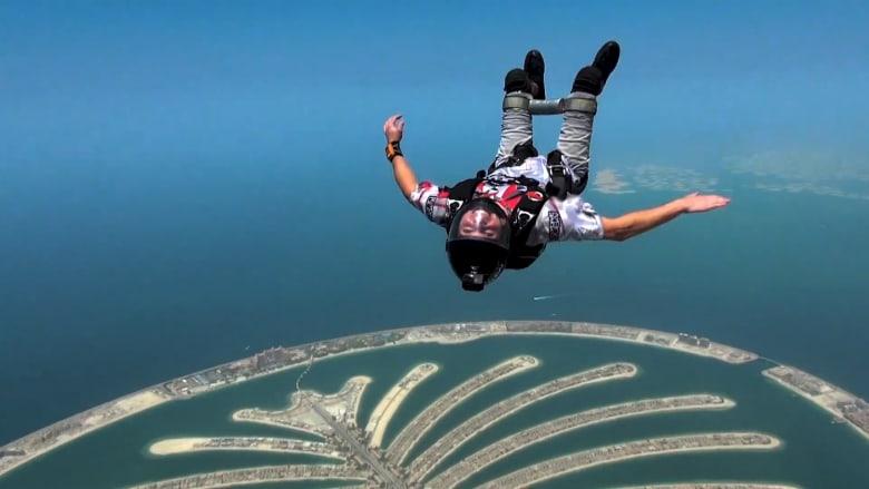 مصاب بالشلل لكنه قفز من السماء 5 آلاف مرة تقريبا!