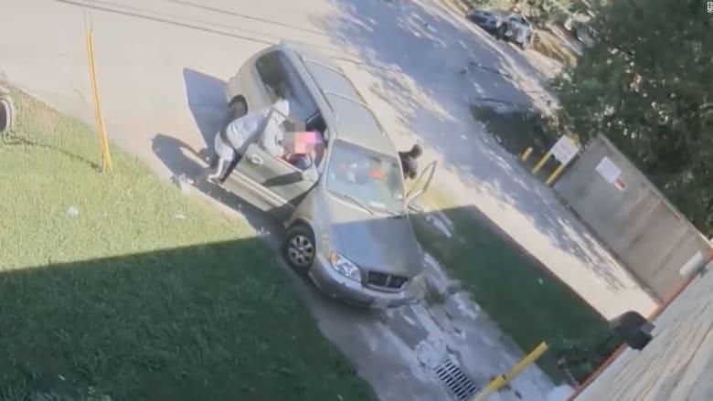 شاهد.. مسلحون يسرقون سيارة بالقوة من امرأة ورضيعها