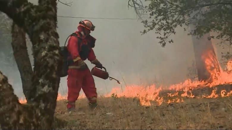 شاهد.. سجناء يساعدون بمكافحة النيران الضخمة بكاليفورنيا