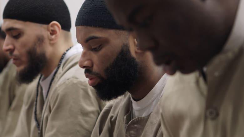 شاهد.. لماذا يعتنق السجناء الأمريكيون الديانة الإسلامية؟