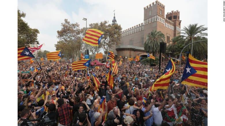 شاهد رد فعل الكتالونيين بعد اعلان برلمانهم الاستقلال