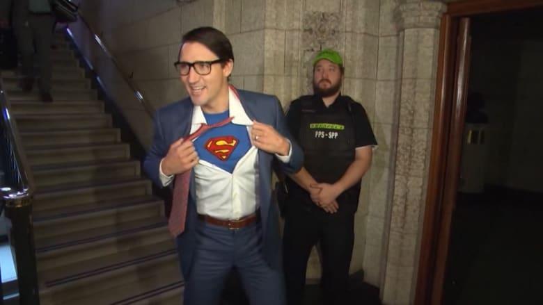 """شاهد.. رئيس وزراء كندا يتنكر بزي """"سوبرمان"""" للهالوين"""