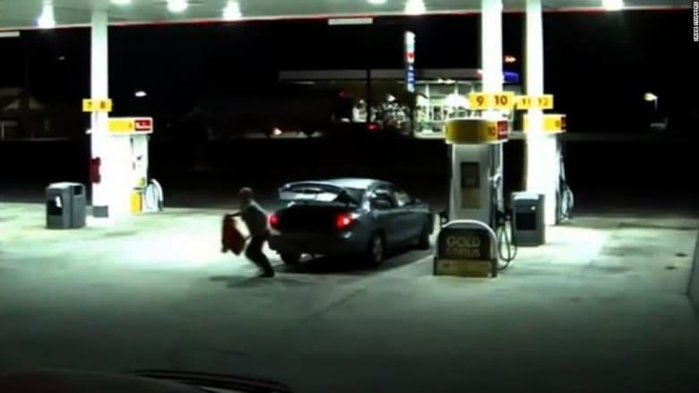 شاهد.. فتاة تخرج فجأة من صندوق سيارة بمحطة وقود
