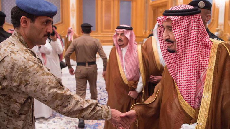 الحريري يظهر بين مستقبلي الملك سلمان.. وعون: ما يصدر عنه لا يمكن الاعتداد به