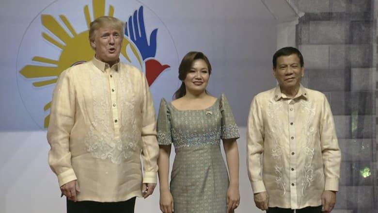 """ترامب يرتدي """"البارونغ"""".. وآلاف الفلبينيين يحرقون العلم الأمريكي"""
