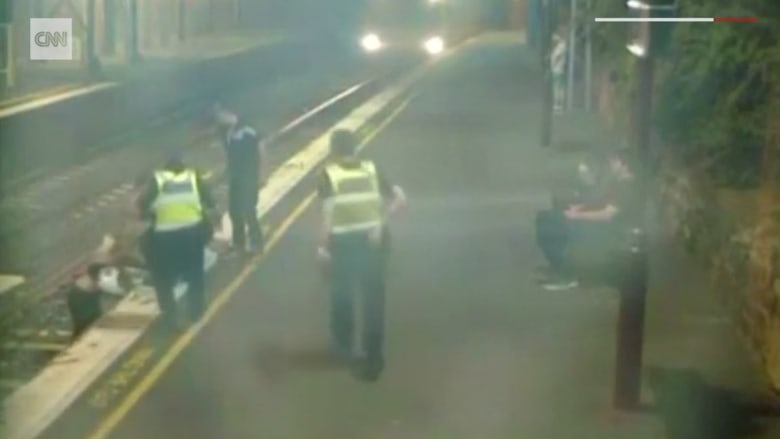 شاهد.. إنقاذ امرأة كاد أن يدهسها قطار في أستراليا