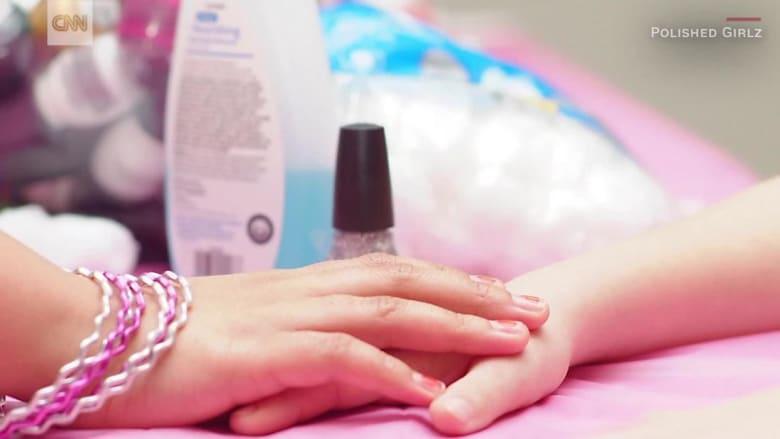 منظمة تعطي الفتيات أملاً..بطلاء أظافرهن بالمستشفى
