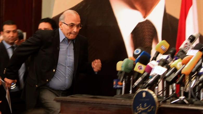 قرقاش رداً على أحمد شفيق: إن أنت أكرمت اللئيم تمردا