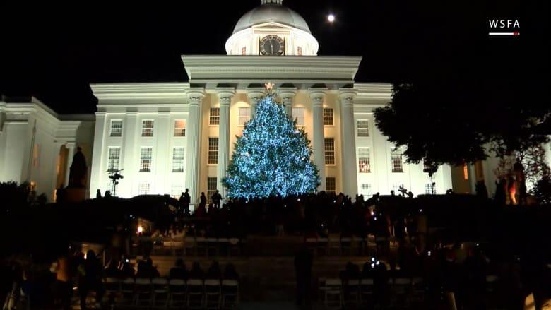 شاهد.. لحظة إضاءة شجرة عملاقة لعيد الميلاد بألاباما
