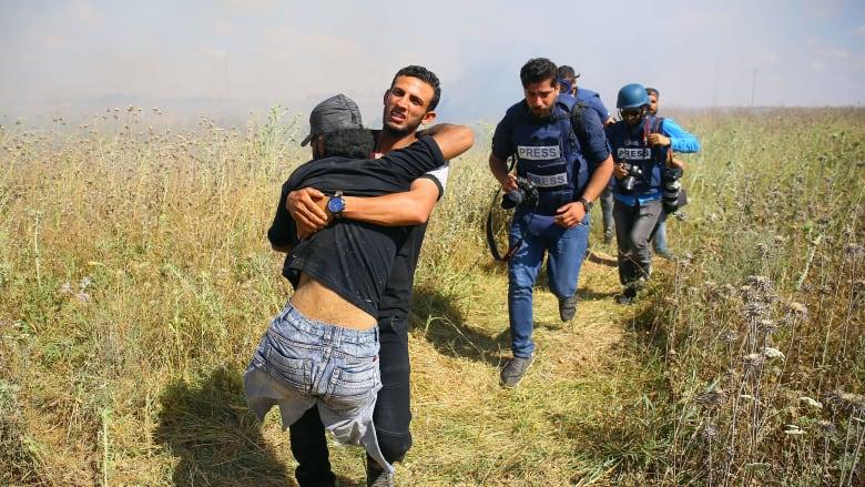 فقد ساقيه في غارة قبل 10 سنوات.. فلسطينيون يشيعون أبوثريا بعد مقتله برصاصة في رأسه