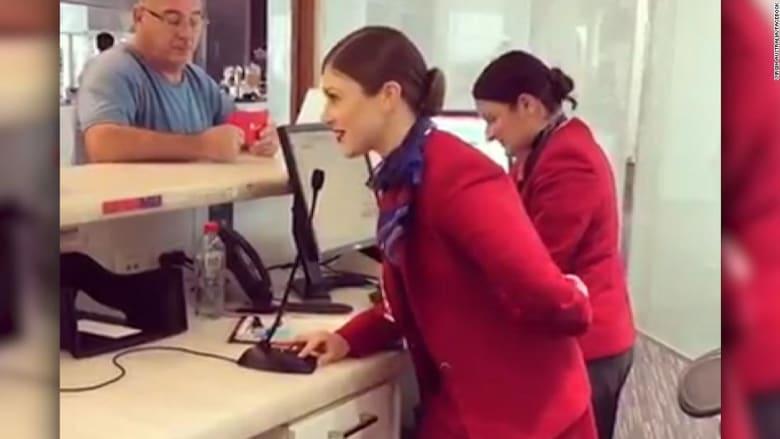 شاهد كيف فاجأت مضيفة طيران أحد الركاب!