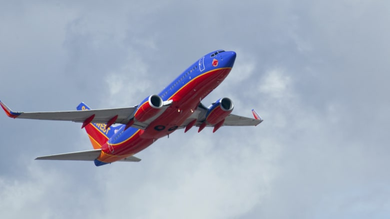 شاهد.. راكب ثمل يتسبب في تغيير مسار طائرة أمريكية