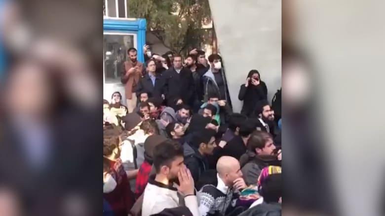 شاهد.. احتجاجات غاضبة في جامعة طهران