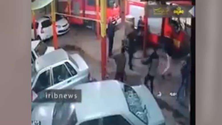 متظاهرون في إيران ينهبون سيارة إطفاء