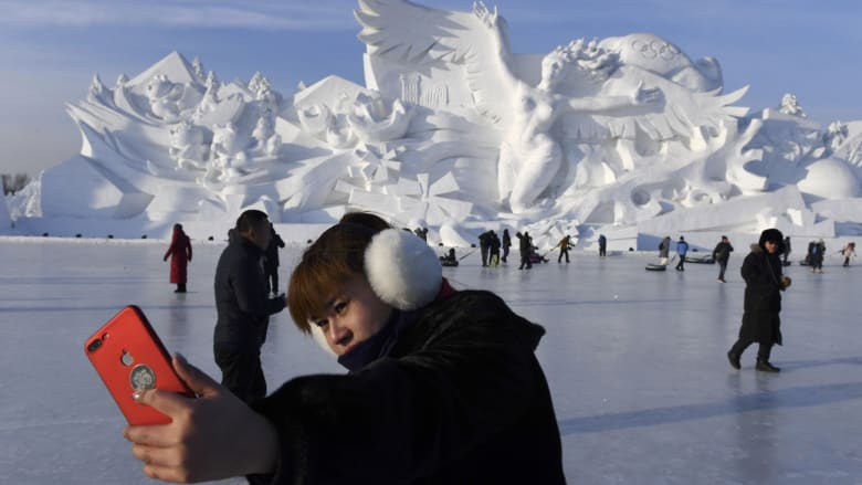 شاهد.. منحوتات وتماثيل ضخمة من الجليد في مهرجان الثلج بالصين