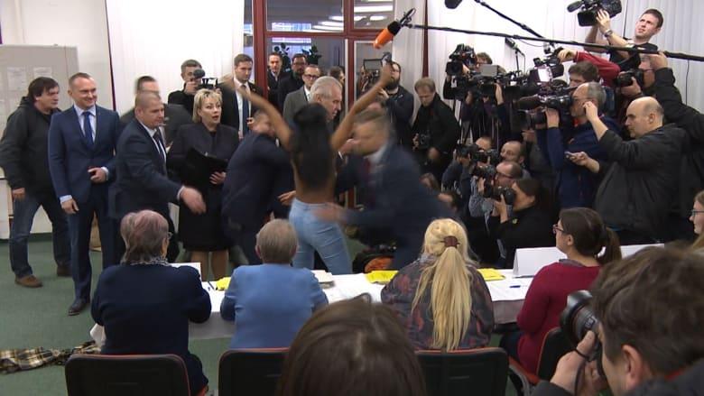 """متظاهرة عارية الصدر تواجه رئيس التشيك.. وتصفه بـ""""عاهرة"""" بوتين"""