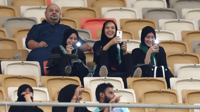 الحضور الأول.. هكذا تفاعلت العائلات السعودية مع مباراة الأهلي والباطن