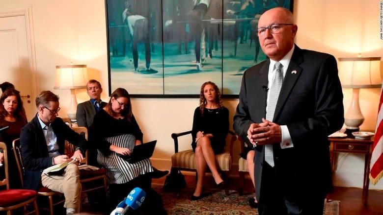شاهد كيف أحرج صحفيون سفير أمريكا بهولندا