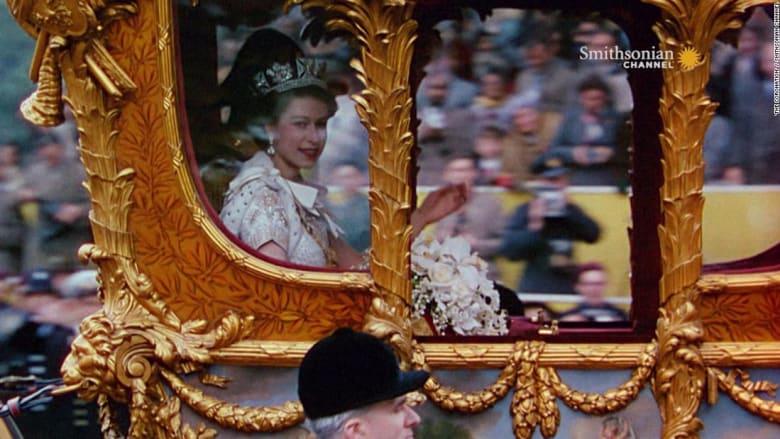 الملكة إليزابيث: قد يكسر التاج رقبتك