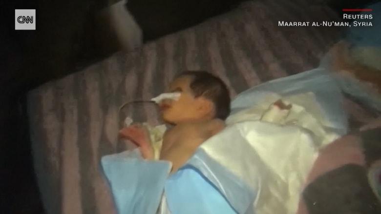 شاهد.. إجلاء مواليد من مستشفى بإدلب جراء غارات روسية